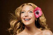 Peinados de novias con tocados florales naturales