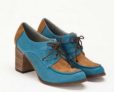 zapatos y bolsos coloridos