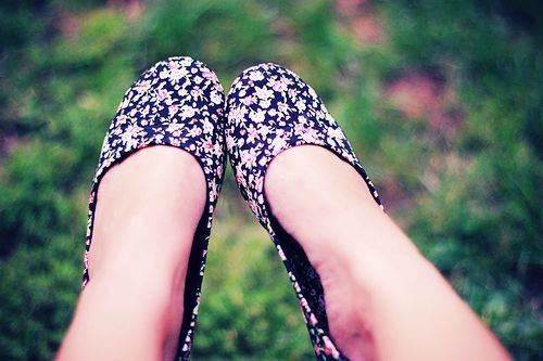 zapatos floreados de tacón