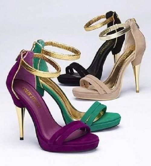 zapatos dorados de tacón alto