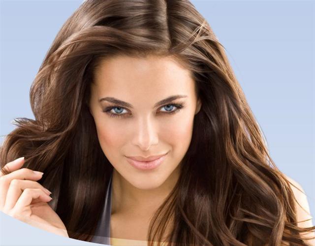 Del aceite de almendras crecen los cabellos sobre la persona