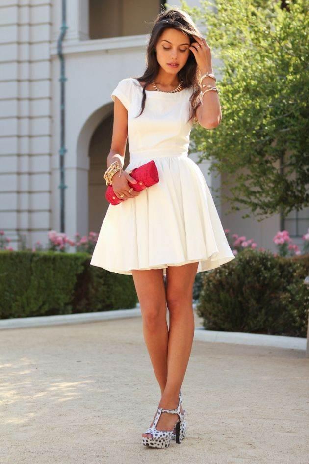 Accesorios rojos para vestido blanco