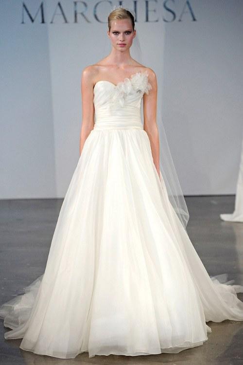 vestidos de novia en la pasarela por famosos diseñadores | aquimoda